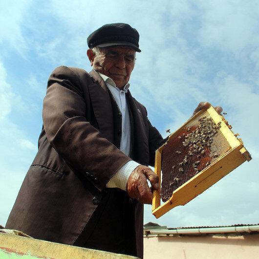 Ardahanlı emekli öğretmen soyadını aldığı arıcılığı 64 yıldır bırakmadı 64 yıldır arıcılık yapıyor