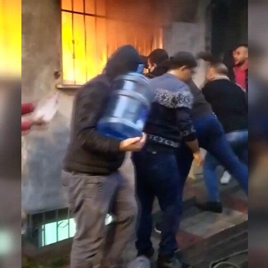 Bağcılardaki dört katlı binada çıkan yangına şişelerle müdahale ettiler