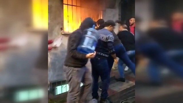 Bağcılar'daki dört katlı binada çıkan yangına şişelerle müdahale ettiler