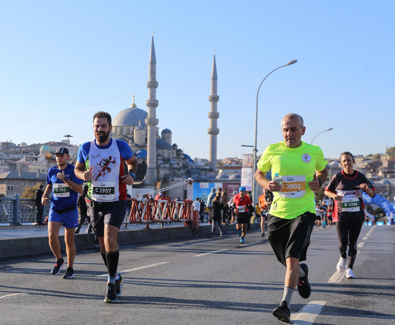 Atletler Galata Köprüsü'nden geçti.