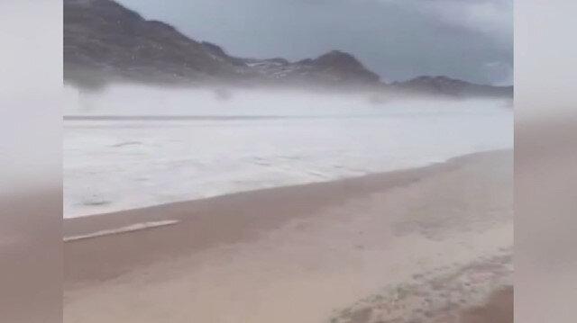 Suudi Arabistan'da çöl, şiddetli dolu yağışı nedeniyle beyaza büründü