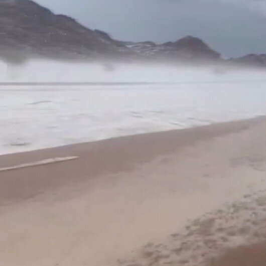Suudi Arabistanda çöl, şiddetli dolu yağışı nedeniyle beyaza büründü