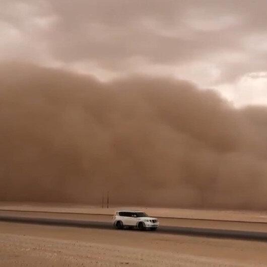 Suudi Arabistanı kum fırtınası vurdu: Görüş mesafesi sıfıra indi