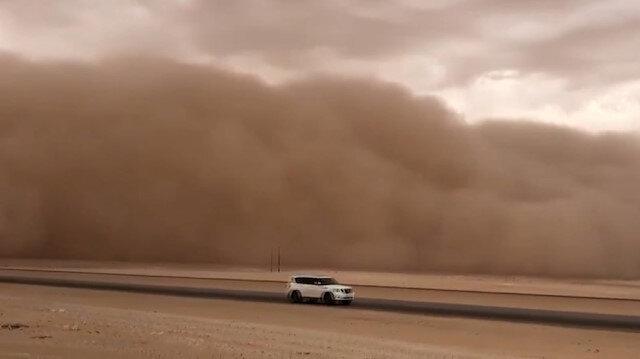 Suudi Arabistan'ı kum fırtınası vurdu: Görüş mesafesi sıfıra indi