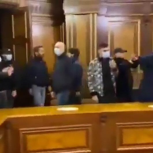 Yenilgiyi kabul eden Ermenistanda halk hükümet binasını bastı: Bölgeden silah sesleri yükseliyor