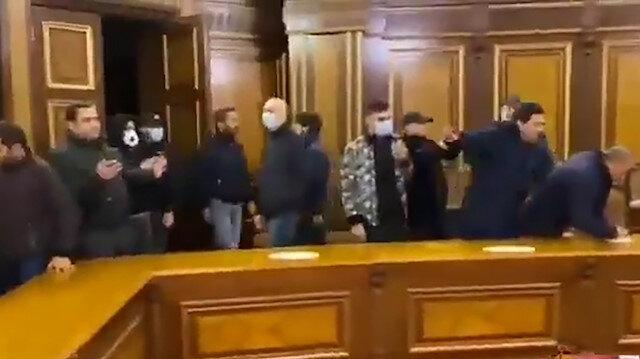 Yenilgiyi kabul eden Ermenistan'da halk hükümet binasını bastı: Bölgeden silah sesleri yükseliyor