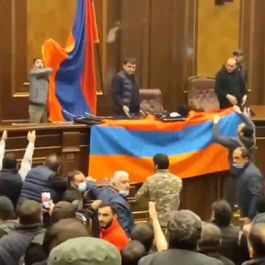 Paşinyanın yenilgiyi kabul etmesinin ardından öfkeli Ermenistan halkı camları kırarak parlamento binasını işgal etti