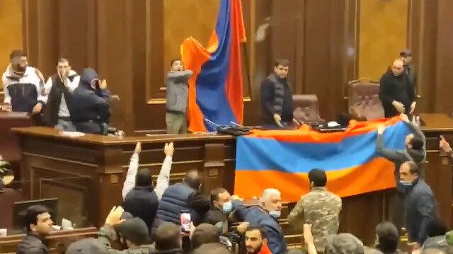 Paşinyan'ın yenilgiyi kabul etmesinin ardından öfkeli Ermenistan halkı camları kırarak parlamento binasını işgal etti