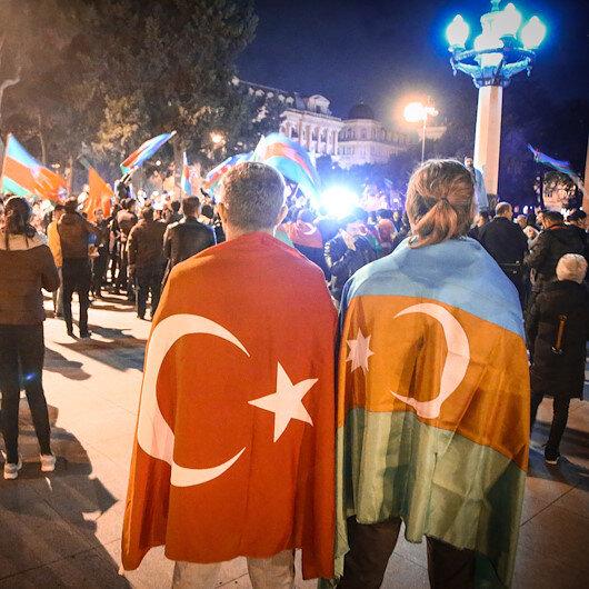 Azerbaycanda on binler sokağa döküldü: Dağlık Karabağda varılan anlaşma coşkuyla kutlanıyor