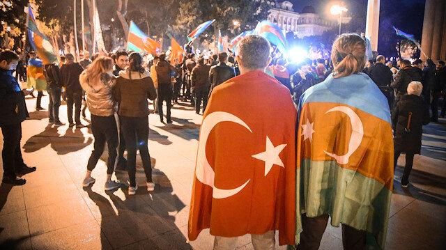 Azerbaycan'da on binler sokağa döküldü: Dağlık Karabağ'da varılan anlaşma coşkuyla kutlanıyor