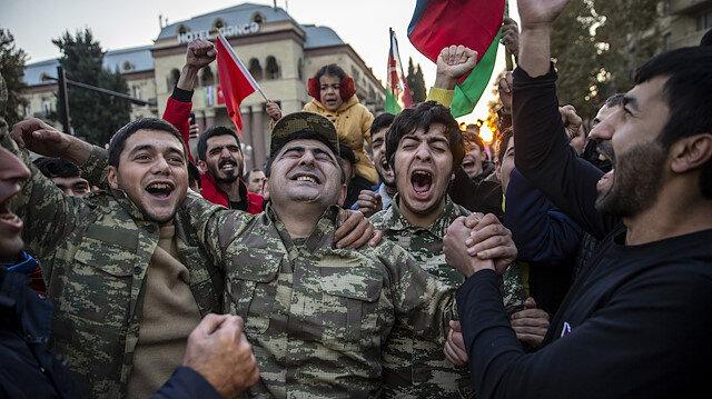 Azerbaycanlılar, Dağlık Karabağ'da varılan anlaşmayı coşkuyla kutluyor