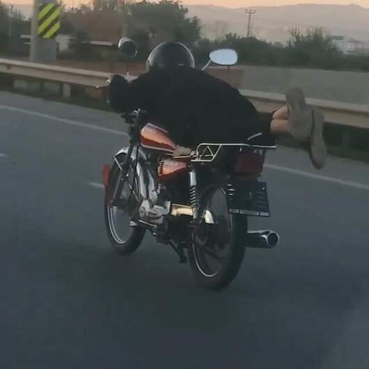 Plakasını söktüğü motosikleti yüzüstü yatarak kullandı