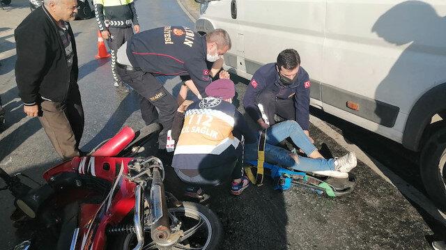Kamyonun altına giren motosiklette 1'i ağır 2 kişi yaralandı: Kaza anı güvenlik kamerasına yansıdı
