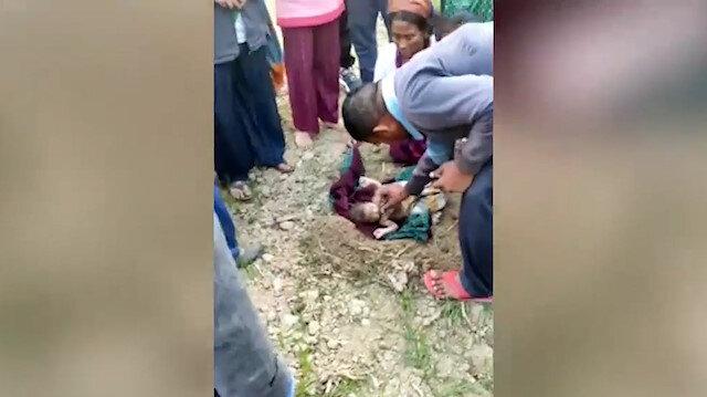 Hindistan'da yeni doğmuş bir bebek, diri diri toprağa gömülmüş halde bulundu