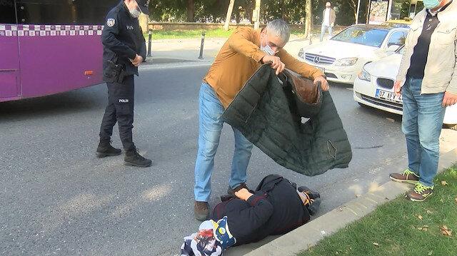 Beyoğlu'nda yürek ısıtan görüntü: Kazada yaralanan kadın üşümesin diye montunu üzerine örttü