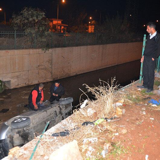 Kanala uçtukları aracın üzerinde mahsur kalan iki kişiyi itfaiye kurtardı
