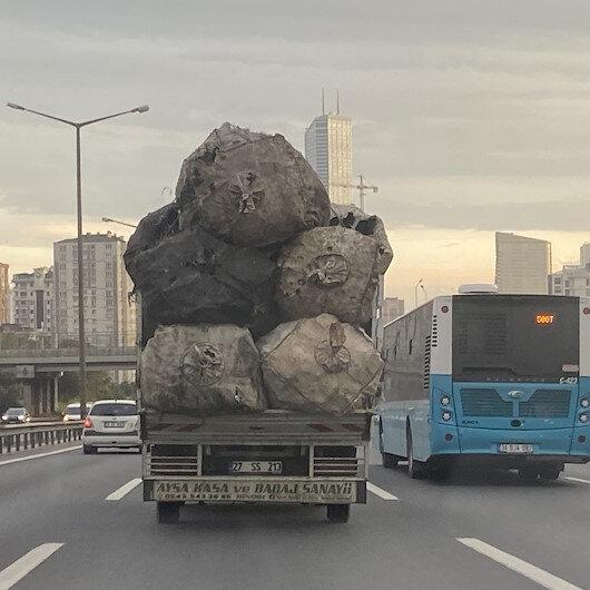 Çuval yüklü kamyonet TEMde tehlike saçtı