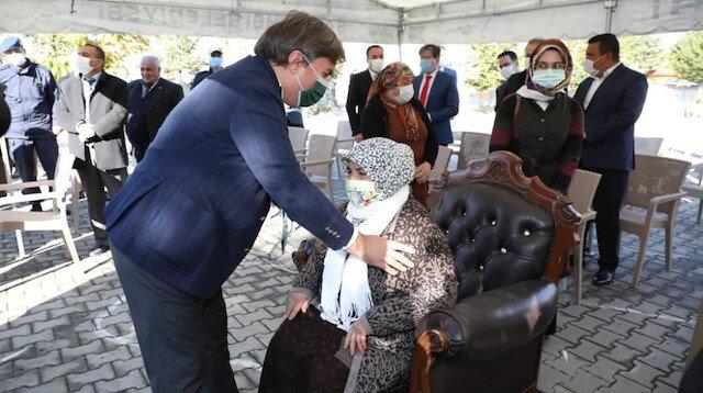 Aksaray Valisi Hamza Aydoğdu ayakta kalan kadınları koltuğa, protokolü sandalyeye oturttu