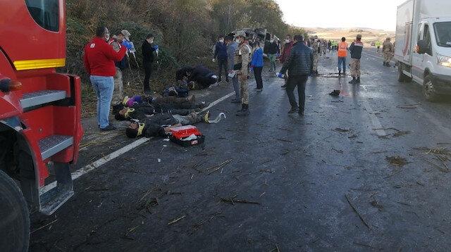 Van Erciş'te mültecileri taşıyan minİbüs kaza yaptı: 2 ölü 31 yaralı