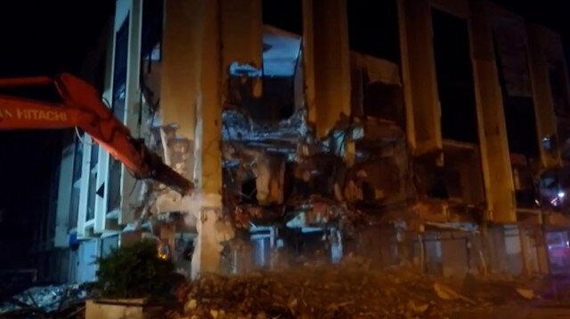 Depremde ağır hasar gören Torbalı Belediyesi binasında yıkım çalışmaları başladı