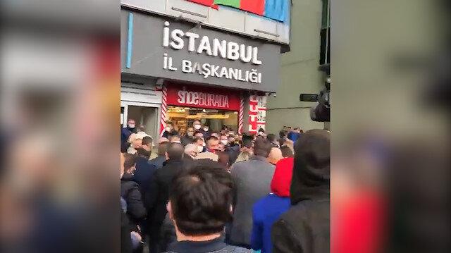 İYİ Parti İstanbul İl Başkanlığı önüne toplanan partililerden 'yönetim istifa' sesleri yükseldi
