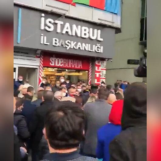 İYİ Parti İstanbul İl Başkanlığı önüne toplanan partililerden yönetim istifa sesleri yükseldi
