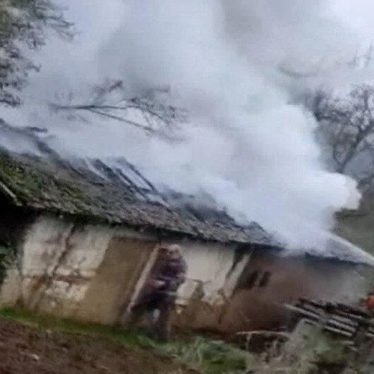 Düzcede tek katlı ahşap evde yangın çıktı: Alevlerin arasında kalan yaşlı adamın eli ve ayağı yandı