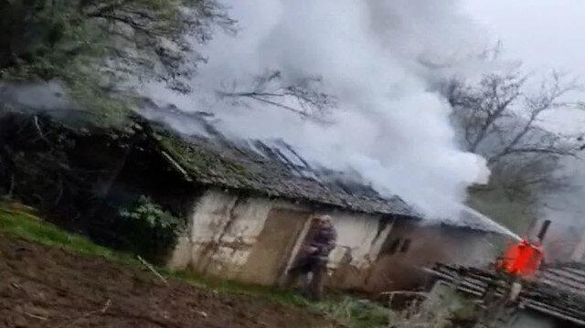 Düzce'de tek katlı ahşap evde yangın çıktı: Alevlerin arasında kalan yaşlı adamın eli ve ayağı yandı