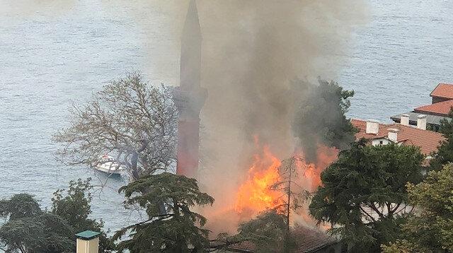 İstanbul Boğazı'nda panik: Tarihi Vaniköy Camii'nde yangın çıktı