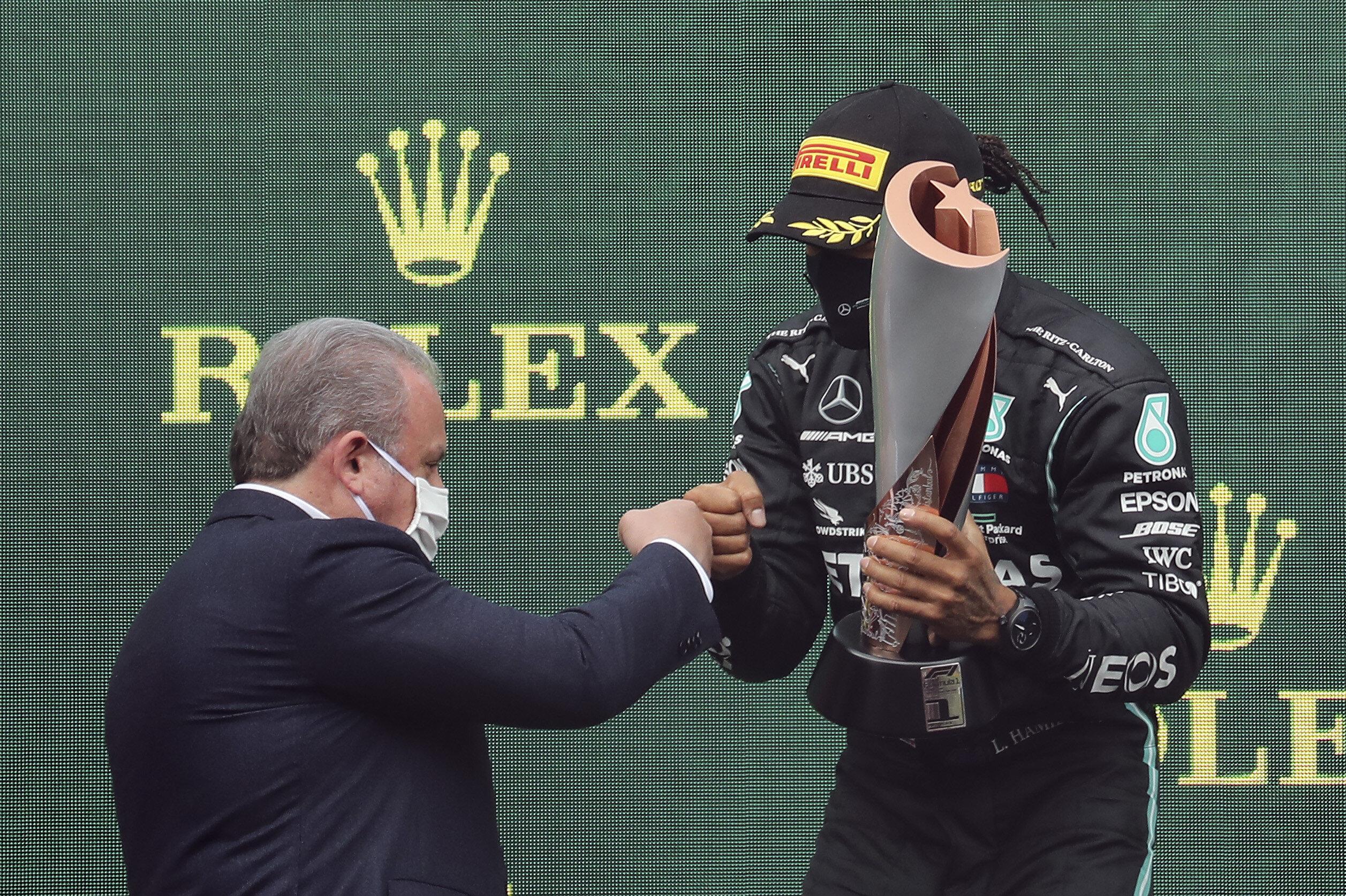 Lewis Hamilton, İstanbul'daki yarış için özel yapılan Ay-Yıldızlı kupanın sahibi oldu.