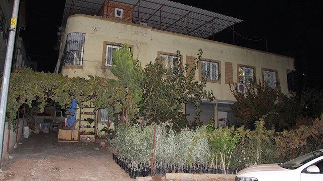 Cinnet geçiren kişi beraber yaşadığı aile dostunu 15 yerinden bıçakladı