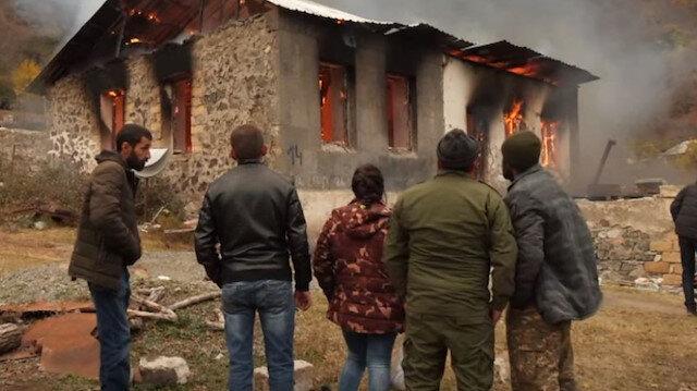 Kelbecer'i terk eden Ermeniler, evleri ve ormanlık alanları yaktı