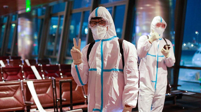 Futbolcular virüse karşı özel kıyafet giydi