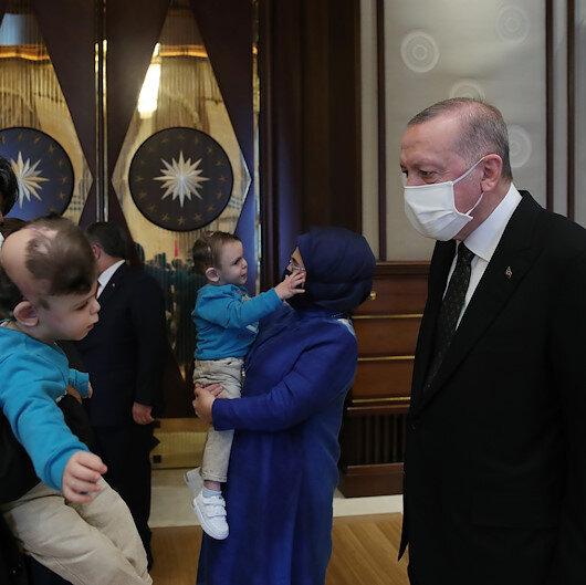 Cumhurbaşkanı Erdoğan, siyam ikizleri Derman ve Yiğit ile ikizlerin doktorunu ağırladı