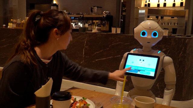 Japonya'da 'robot garson' dönemi: Ateş ölçüyor ve maske uyarısı yapıyor