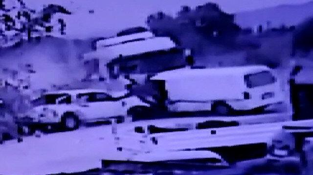 İzmir'de kontrolden çıkan kamyonet park halindeki araçları biçti