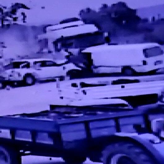 İzmirde kontrolden çıkan kamyonet park halindeki araçları biçti