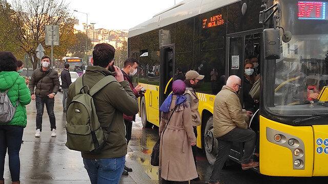 İstanbul'da toplu taşımada her gün aynı manzara: Hava soğuk, seferler yetersiz, vatandaş mecburen biniyor