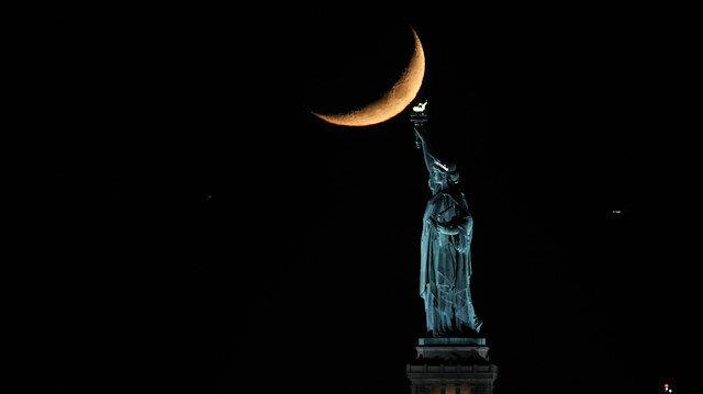 New Yorkta hilal, Özgürlük Heykeli ile eşsiz bir manzara oluşturdu