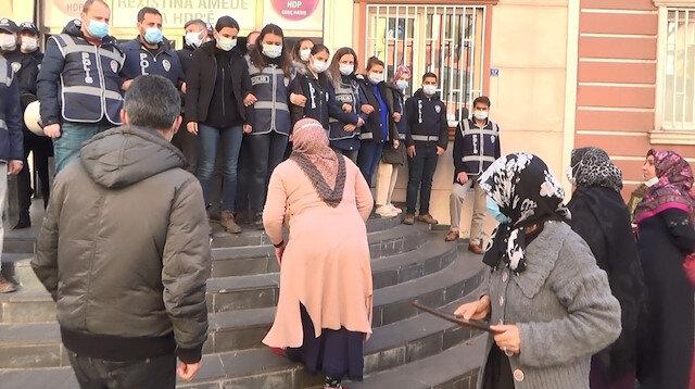 Diyarbakır'da bir HDP'li evlat nöbeti tutan annenin yüzüne tükürdü