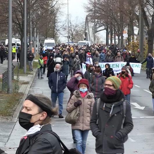 Almanyada koronavirüs önlemlerine ve aşıya karşı binlerce kişi sessiz yürüyüş yaptı