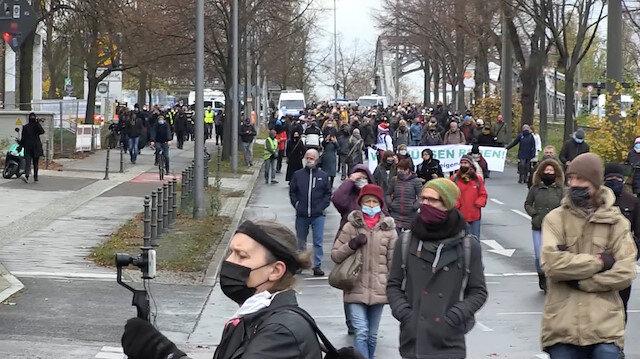 Almanya'da koronavirüs önlemlerine ve aşıya karşı binlerce kişi 'sessiz yürüyüş' yaptı