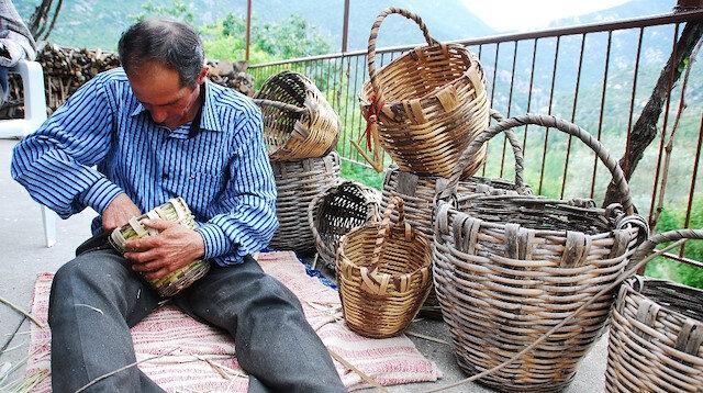45 yıldır hayıt ve kargı dallarından sepet yapıyor
