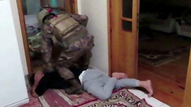 Terör örgütü DEAŞ şüphelisi 2 zanlı operasyon sonrası evinden alındı