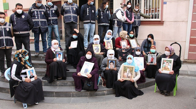 HDP önünde evlat nöbeti tutan ailelere sinir krizi geçirten hareket: Binadan çıkan HDP'lilerin ailelerin feryadına gülmesi sonrası ortalık karıştı