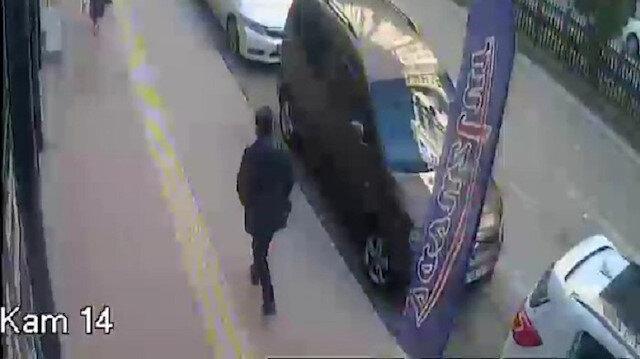 Kaldırımda yürüyen adamın ölümden kıl payı kurtulduğu anlar kamerada