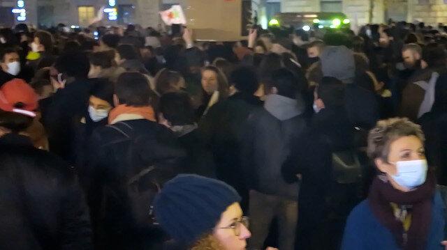 Paris'te sığınmacılara destek protestosu: Bırakın Uyusunlar