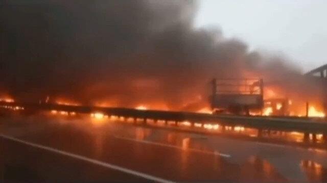 Çin'de yoğun sis nedeniyle 43 aracın karıştığı zincirleme kaza meydana geldi: Ortalığın savaş alanına döndüğü kazada 3 kişi öldü