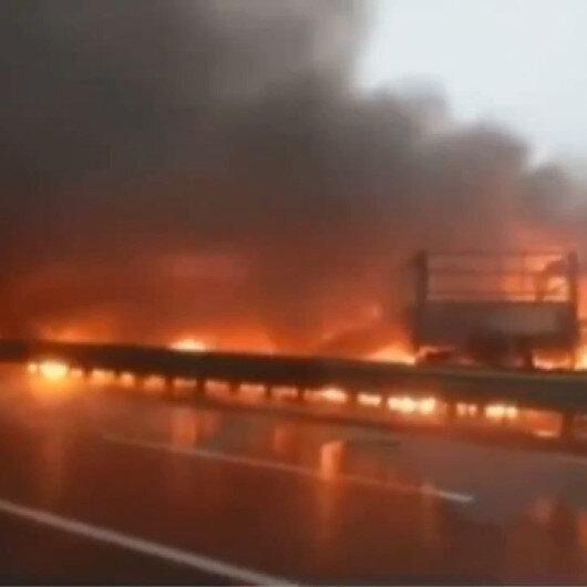 Çinde yoğun sis nedeniyle 43 aracın karıştığı zincirleme kaza meydana geldi: Ortalığın savaş alanına döndüğü kazada 3 kişi öldü