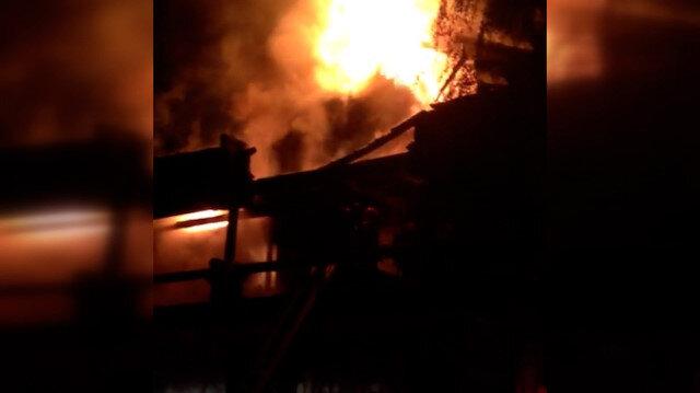 Sakarya'da iki katlı ahşap ev alev alev yandı